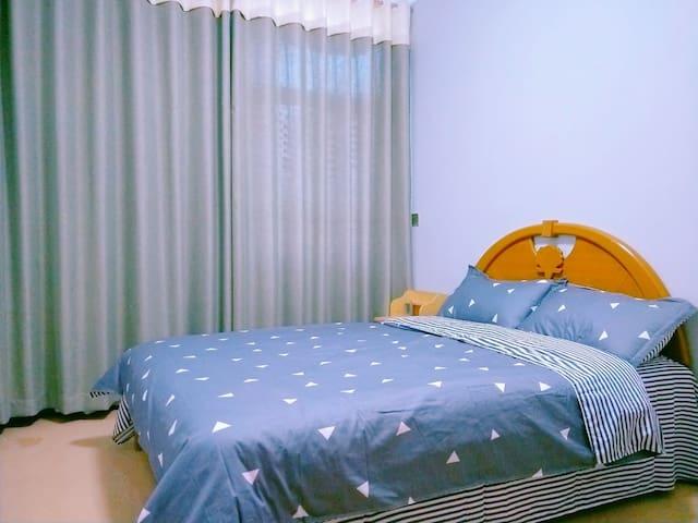 """""""我们家""""民宿位于文山市第一中学高中部附近双人床房带有根雕衣帽架"""
