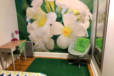 Private Spring Room in Brownstone Near Subway