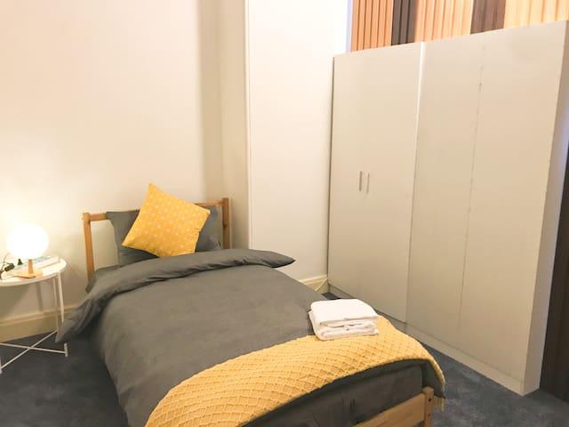 ZBAUSM78-12: 3层独栋别墅-wifi,热水,位于中国城情人港悉尼大学悉尼科技大学旁独立房