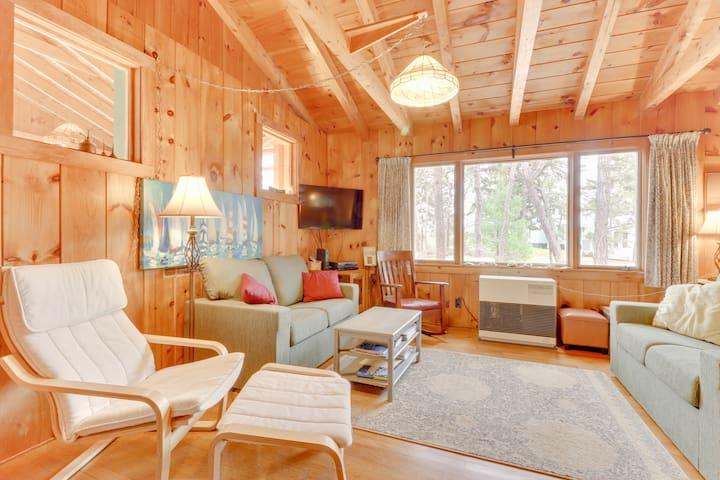 Quaint, family-friendly log cabin only short walk to beach