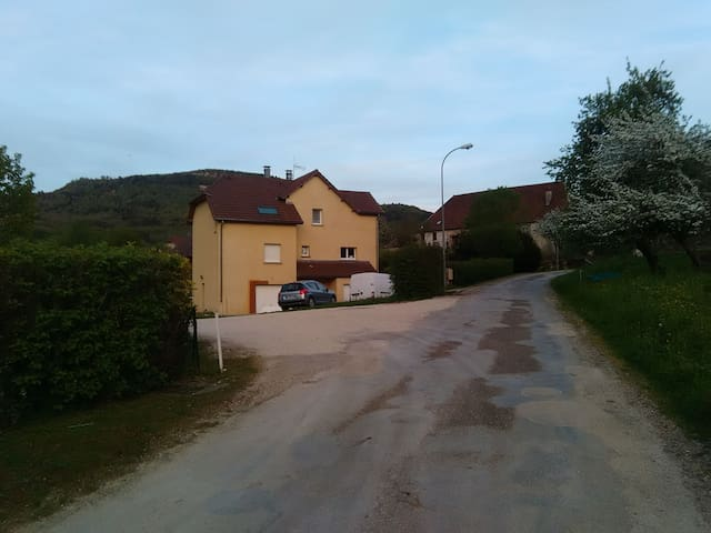 Nans-Sous-Sainte-Anne的民宿