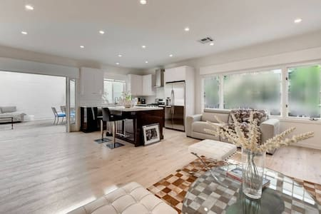 ULTRA LUX PAD . 1st WEEK FREE . WALK TO RODEO DR.!
