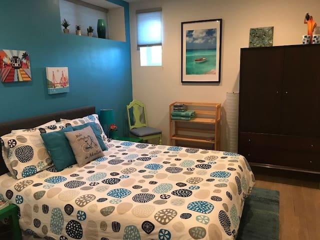 Nicely remodeled room, free parking in Bernal
