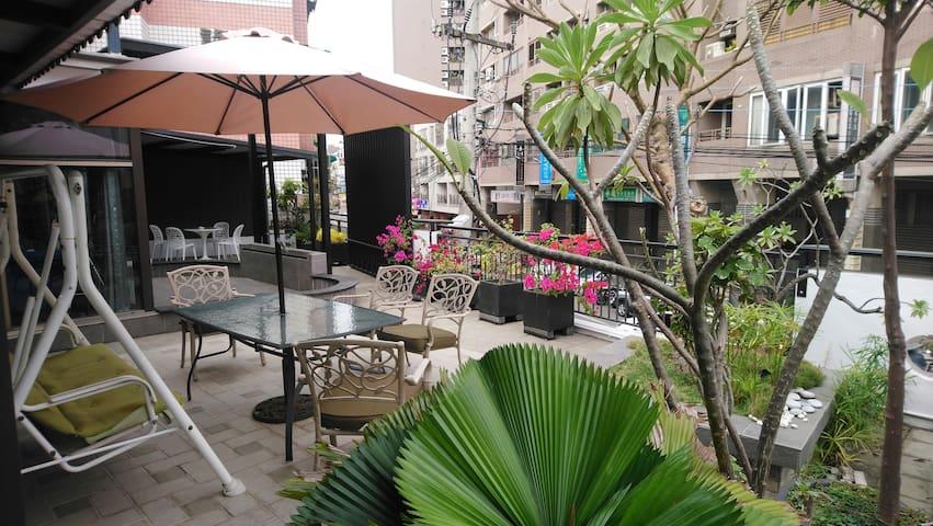 晴空花園 透天包棟 獨立客餐廳  門口車位