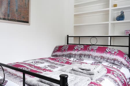 Gorgeous double bedroom in stunning Moseley home