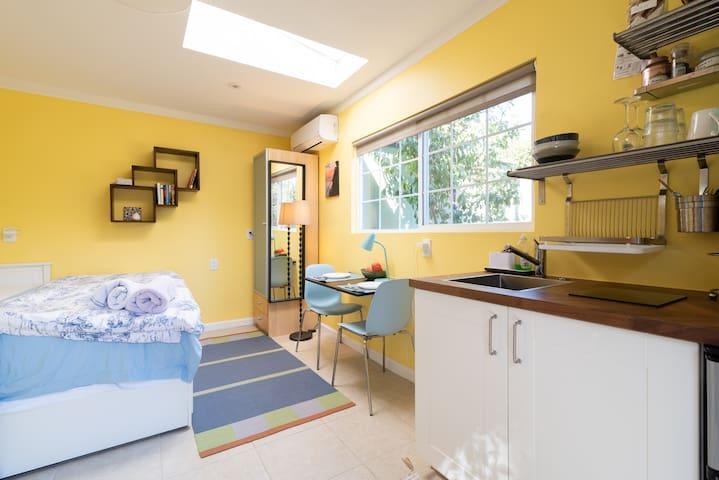 Cozy, sunny, private mini-cottage in Livermore