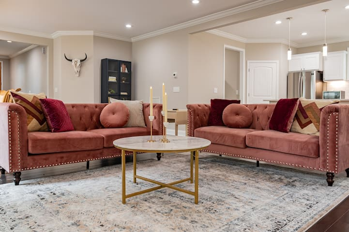 The Doll House-Pet Friendly Luxury 1mi to Downtown