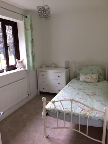Single Room in 4 bedroom house