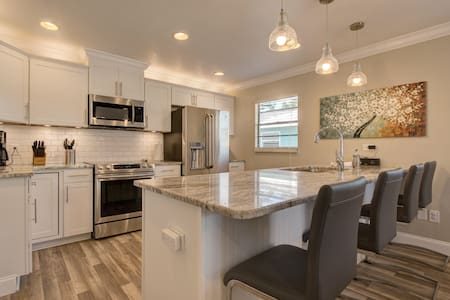 Great kitchen, covered patio,  3 min to beach!