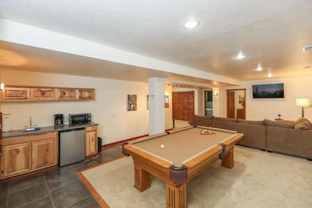 Giant 2 BD, King beds, Pool Table *UV Sanitized*