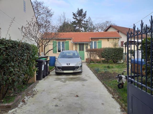 Sainte-Geneviève-des-Bois的民宿