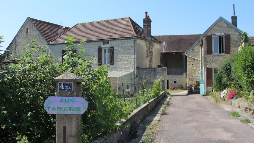 Lézinnes的民宿