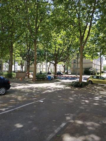 Proche banlieue parisienne arborée,parking et parc