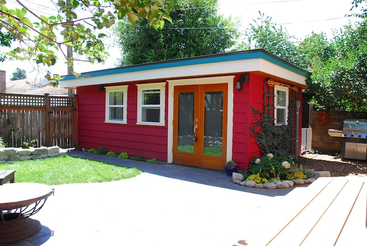 Tiny House Backyard Bungalow Next to Green Lake