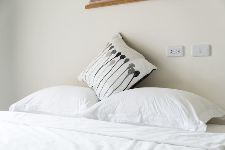 度好私宅-好好眠_雙人房特大床-可加一床,大陽台。蘇澳交流道3分鐘,蘇花改7分鐘-羅東15分鐘