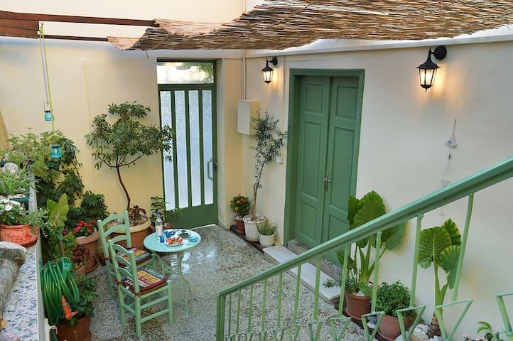 Artistic House ' Peritechnon' near pireas port