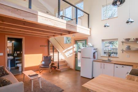 Stunning Guest House w/Loft: Restaurants & Shops!
