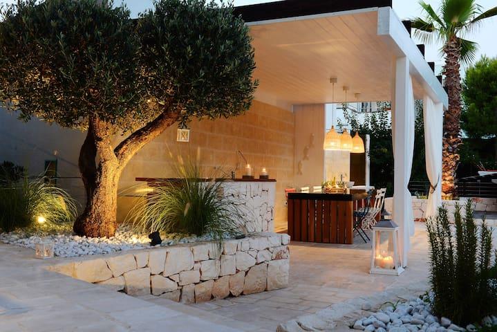 NILU: Front beach villa & hydro pool. Monopoli