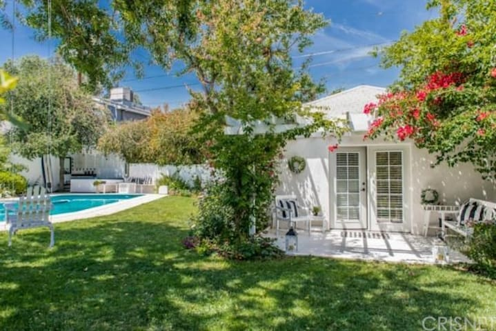 Studio City/N Hollywood  New 2 bed Guesthouse