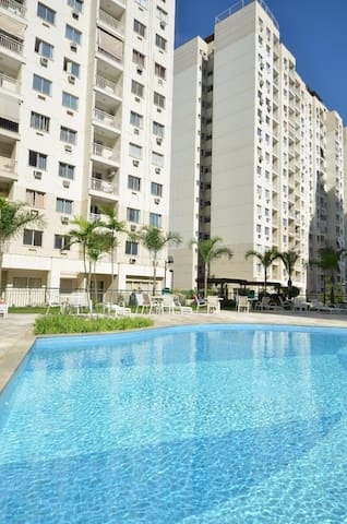 2 quartos, segurança 24h, ar condicionado, piscina