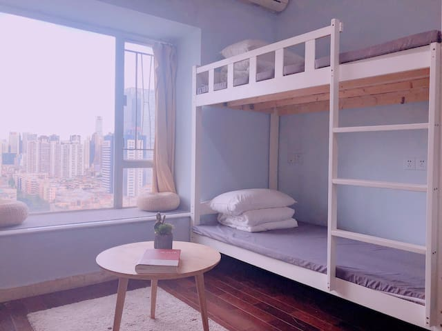 广州天河体育西地铁口天空之窗 清新明亮床位间-苹果树下(长租优惠、超高性价比)