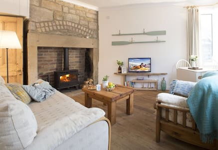 Quirky, cosy, dog friendly cottage on the coast.
