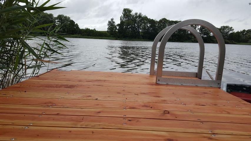 Haus am See mit eigenem Steg und Ruderboot