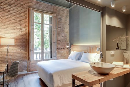 Principal B&Bcn - Beautiful room with balcony 9