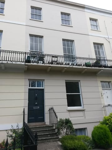 Modern Regency studio flat near to the town centre