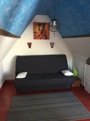 Chambre type studio chaleureuse et lumineuse