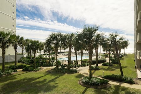 Clean spacious beachfront 3BR with an great view!