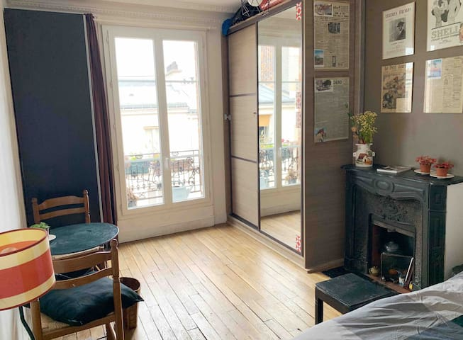 MONTMARTRE large Room  double bed shared bathrooms