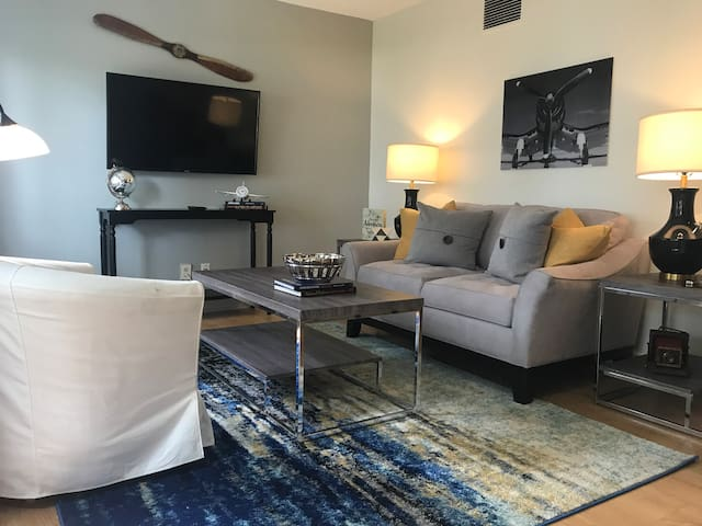 3.5 Miles from Airport ~ King Bed~The Landing Pad