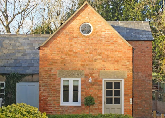 Cosy Cotswold Retreat with Garden, walk into town