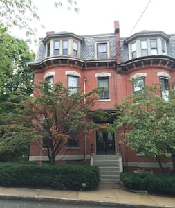 Historic JP Brownstone with Parking. Pets Welcome!