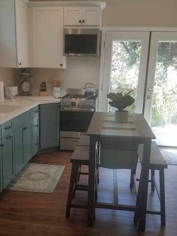 Beautifully Furnished And Remodeled Cottage