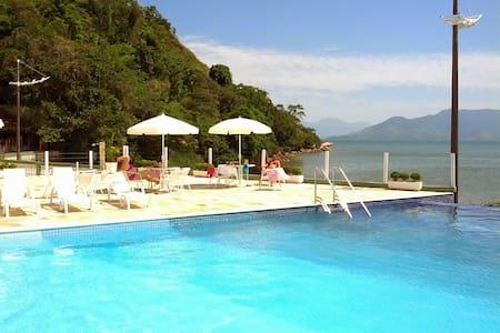 Caraguá - Apto pé na areia com piscina aquecida.