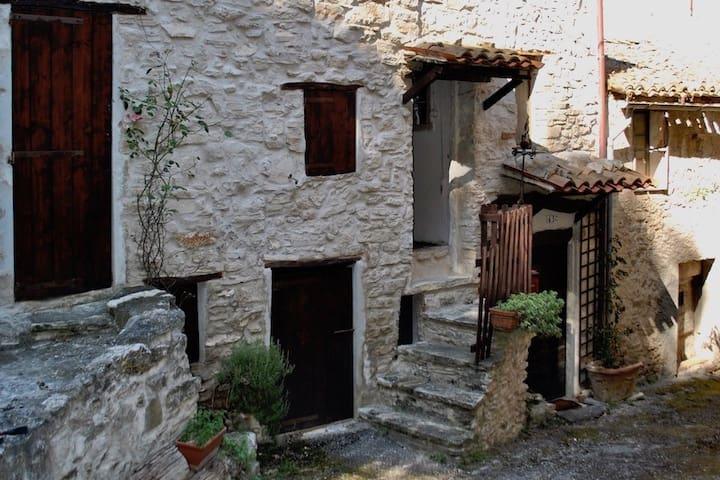 Grotte-Sotto Le Noci的民宿