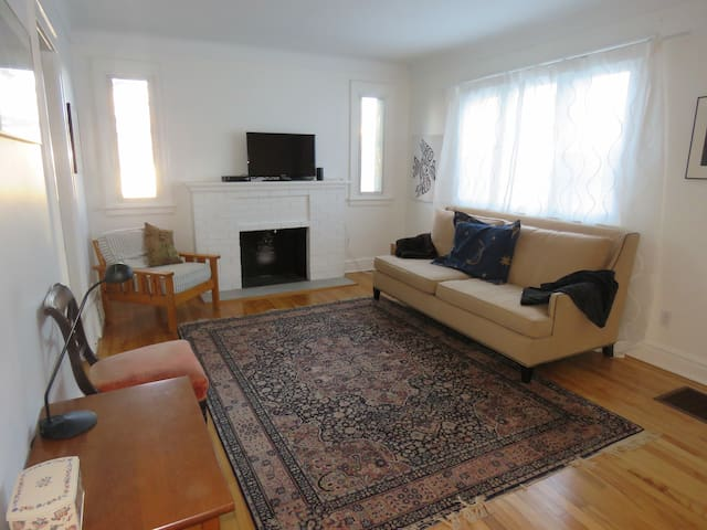 Cozy Cottage in the City- Hintonburg, free parking