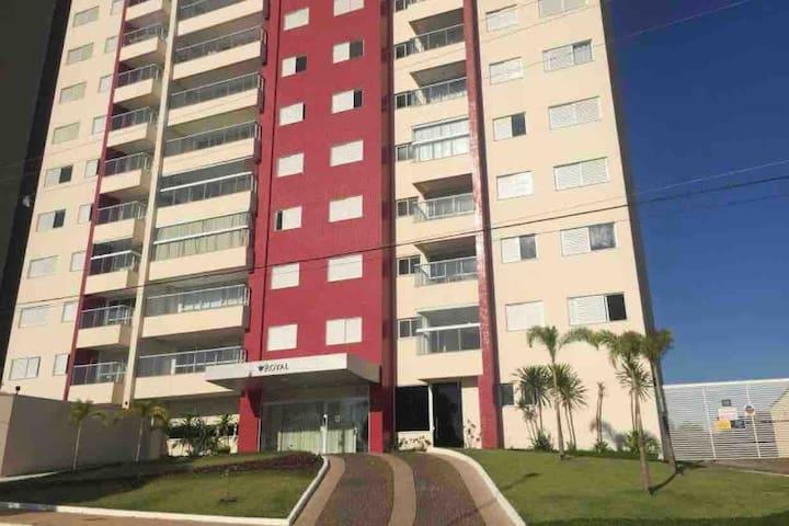 Apartamento bonito e seguro c/ vista para serra