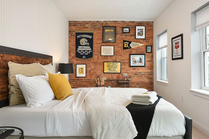 🏈 Black & GOLD! 🏈 Queen BR in Lawrenceville Home