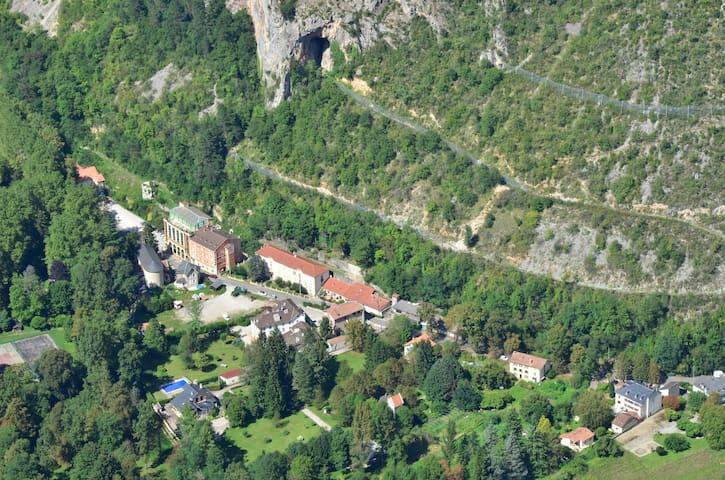 Ornolac-Ussat-les-Bains的民宿