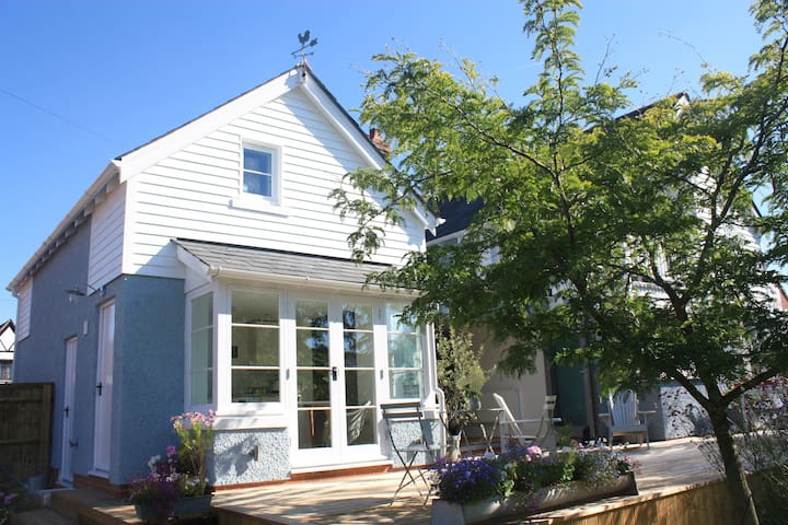 Beautiful New England style annexe with parking