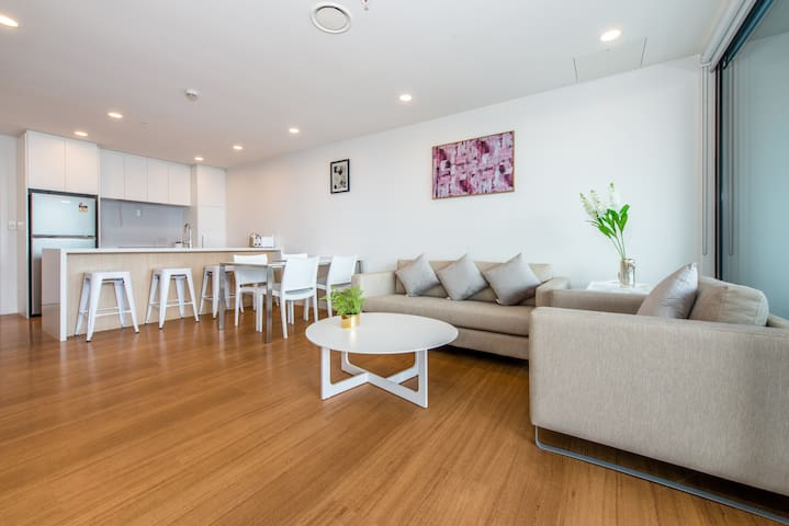 Morden Penthouse 2 Bed & 2 Bath With Skytower View