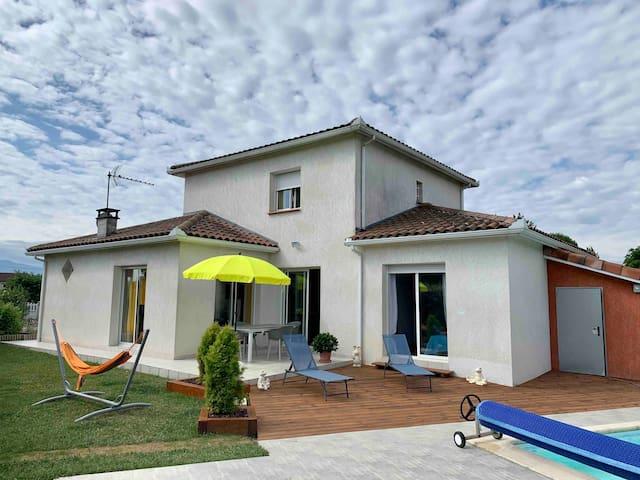 Maison au calme avec piscine couverte privative