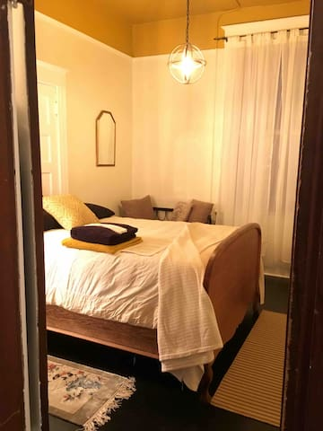 Queen Bee room w/memory foam bed