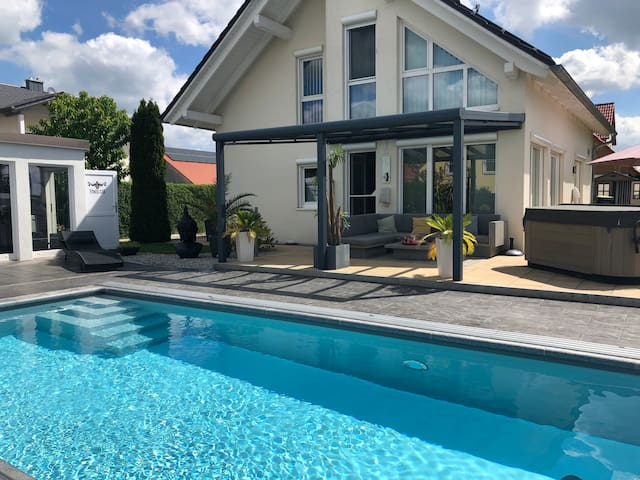Wellnessoase mit Pool/Whirlpool, Sauna und Fitness