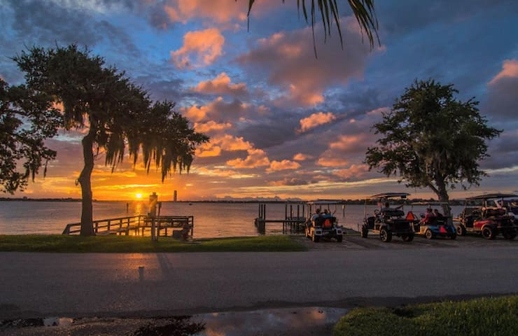*Newly Renovated* Lakeside Vacation Home in Kemah