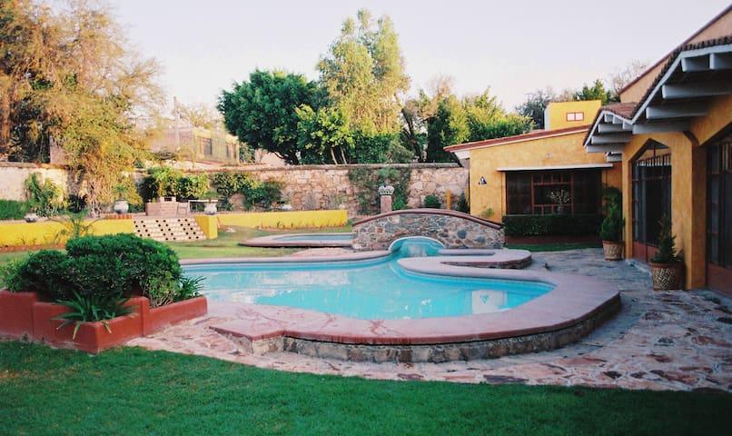 Casa en Tx.Centro Habit.1-2a4p.Piscina y jardínes