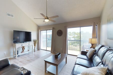 Spacious condo with shared pool, boat slips, water-skiing, fishing, and boating